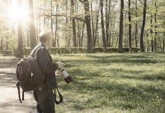 Ο φωτογράφος με τη κάμερα στο θερινό κήπο, μια αναδρομική επίδραση Στοκ εικόνα με δικαίωμα ελεύθερης χρήσης