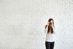 Ο φωτογράφος νέων κοριτσιών κάνει τη φωτογραφία σας Στοκ Εικόνες