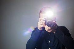 Ο φωτογράφος παίρνει μια εικόνα στο στούντιο χρησιμοποιώντας μια λάμψη στοκ εικόνες