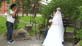 Ο φωτογράφος παίρνει μια εικόνα των newlyweds απόθεμα βίντεο