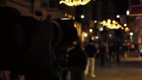 ο φωτογράφος παίρνει την εικόνα μιας συσσωρευμένης οδού τη νύχτα 2 φιλμ μικρού μήκους