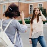Ο φωτογράφος παίρνει την εικόνα του προτύπου γυναικών Στοκ εικόνες με δικαίωμα ελεύθερης χρήσης