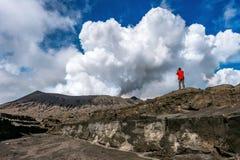 Ο φωτογράφος παίρνει τη φωτογραφία στο ηφαίστειο Gunung Bromo Bromo υποστηριγμάτων Στοκ φωτογραφία με δικαίωμα ελεύθερης χρήσης