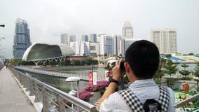 Ο φωτογράφος παίρνει τη φωτογραφία της πόλης της Σιγκαπούρης Στοκ φωτογραφία με δικαίωμα ελεύθερης χρήσης