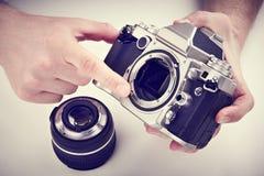Ο φωτογράφος παρουσιάζει το μηχανισμό της αυτόματης κάμερας εστίασης SLR στοκ εικόνα