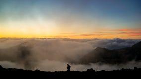 Ο φωτογράφος που παίρνει τις εικόνες στο βουνό με τα σύννεφα Dur Στοκ Εικόνα
