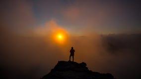 Ο φωτογράφος που παίρνει τις εικόνες στο βουνό με τα σύννεφα Dur Στοκ Εικόνες