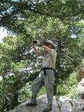 Ο φωτογράφος που συλλαμβάνει το τοπίο από έναν υψηλό αγνοεί στην περιοχή αγριοτήτων βουνών Sandia στοκ εικόνες