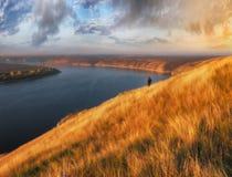 Ο φωτογράφος πυροβολεί το φαράγγι του γραφικού ποταμού Τουρίστας στο βράχο στοκ εικόνες