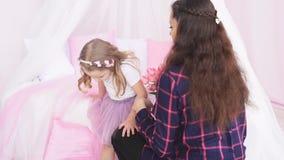 Ο φωτογράφος ρυθμίζει το πρότυπο κοριτσιών φουστών του φιλμ μικρού μήκους