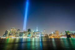 Ο φόρος στο φως πέρα από τον ορίζοντα του Μανχάταν τη νύχτα, βλέπω φ Στοκ Φωτογραφία