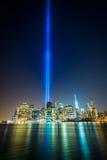 Ο φόρος στο φως πέρα από τον ορίζοντα του Μανχάταν τη νύχτα, βλέπω φ Στοκ Εικόνες
