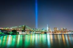 Ο φόρος στο φως πέρα από τον ορίζοντα του Μανχάταν τη νύχτα, βλέπω φ Στοκ φωτογραφία με δικαίωμα ελεύθερης χρήσης