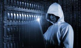 Ο χάκερ ή η κροτίδα προσπαθεί να χαράξει ένα σύστημα ασφαλείας για να κλέψει ή να καταστρέψει τις κρίσιμες πληροφορίες Ή λύτρα τω στοκ φωτογραφία