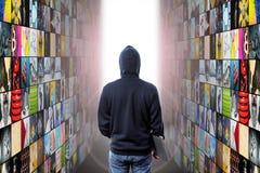 Ο χάκερ εισάγει την εικονική πραγματικότητα στοκ εικόνα με δικαίωμα ελεύθερης χρήσης