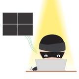 Ο χάκερ που εργάζεται στο σημειωματάριο με Διαδίκτυο και προσπαθεί να χαράξει τα στοιχεία κωδικού πρόσβασης on-line για την έννοι Στοκ εικόνα με δικαίωμα ελεύθερης χρήσης