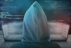 Ο χάκερ Pixelated κρυφοκοιτάζει στην ψηφιακή μεταφορά δεδομένων μεταξύ του compu δύο Στοκ Εικόνες