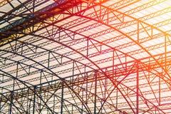 Ο χάλυβας σιδηροδρομικών σταθμών srame κτίζει με τη διαστημική στέγη πλαισίων στις θερμές πορτοκαλιές ακτίνες του ήλιου Ζευκτόντα Στοκ φωτογραφίες με δικαίωμα ελεύθερης χρήσης