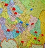 Ο χάρτης του κεντρικού μέρους της Ρωσίας, με τις κόκκινες και μπλε καρφίτσες ελέγχει τα κιβώτια Στοκ Εικόνα