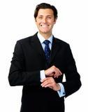 Ο χαλαρωμένος επιχειρηματίας διενεργεί τις προσαρμογές ενδυμασίας στοκ φωτογραφία με δικαίωμα ελεύθερης χρήσης