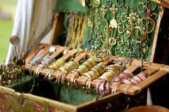 Ο χαλκός braceles και τα περιδέραια πώλησαν στο στάβλο αγοράς του ετήσιου μεσαιωνικού φεστιβάλ, που διοργανώθηκε κατά τη διάρκεια στοκ εικόνες
