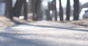 Ο χαμηλός πυροβολισμός γωνίας του πεζοδρομίου στην πόλη στρέφεται την άνοιξη κοντά στη κάμερα Στοκ φωτογραφίες με δικαίωμα ελεύθερης χρήσης