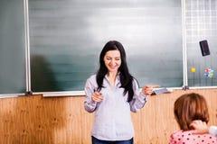Ο χαμογελώντας δάσκαλος εξηγεί Στοκ εικόνες με δικαίωμα ελεύθερης χρήσης