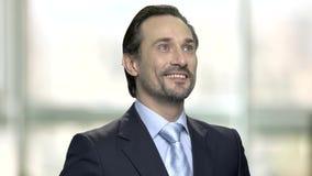 Ο χαμογελώντας καυκάσιος επιχειρηματίας θυμήθηκε κάτι απόθεμα βίντεο