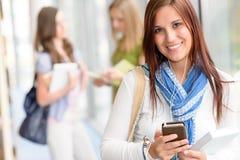 Ο χαμογελώντας σπουδαστής ακούει μουσική στο γυμνάσιο Στοκ φωτογραφία με δικαίωμα ελεύθερης χρήσης