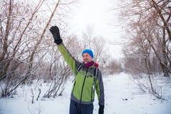 Ο χαμογελώντας ευτυχής οδοιπόρος κυματίζει το χέρι του, που στέκεται στο ίχνος Στοκ φωτογραφίες με δικαίωμα ελεύθερης χρήσης