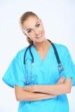 Ο χαμογελώντας ιατρός σε ανοικτό μπλε τρίβει το κοστούμι Στοκ Φωτογραφία