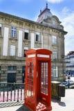 Ο χαρακτηριστικός κόκκινος τηλεφωνικός θάλαμος που βρέθηκε στο τετράγωνο κάλεσε τη σοφίτα Almeida στο κέντρο της πόλης Στοκ εικόνα με δικαίωμα ελεύθερης χρήσης