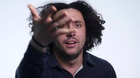 Ο χαρισματικός γενειοφόρος νεαρός άνδρας στο μαύρο πουκάμισο στο άσπρο υπόβαθρο παρουσιάζει διαφορετικές συγκινήσεις απόθεμα βίντεο