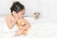 Ο χαριτωμένοι ύπνος και το αγκάλιασμα κοριτσιών trddy αντέχουν την κούκλα Στοκ φωτογραφία με δικαίωμα ελεύθερης χρήσης
