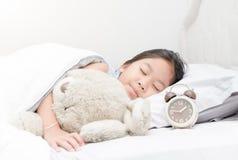 Ο χαριτωμένοι ύπνος και το αγκάλιασμα κοριτσιών teddy αντέχουν Στοκ φωτογραφία με δικαίωμα ελεύθερης χρήσης