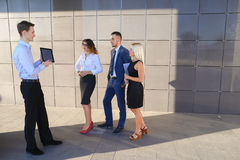 Ο χαριτωμένος νέος τύπος, επιχειρηματίας, σπουδαστής κρατά την ταμπλέτα στα χέρια και το δ στοκ φωτογραφίες με δικαίωμα ελεύθερης χρήσης