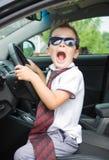 Ο χαριτωμένος οδηγός κάθεται στο αυτοκίνητο Στοκ Φωτογραφίες