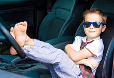 Ο χαριτωμένος οδηγός κάθεται στο αυτοκίνητο Στοκ φωτογραφία με δικαίωμα ελεύθερης χρήσης