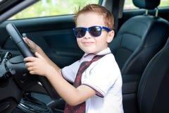 Ο χαριτωμένος οδηγός κάθεται στο αυτοκίνητο Στοκ εικόνες με δικαίωμα ελεύθερης χρήσης