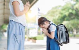 Ο χαριτωμένος σπουδαστής κοριτσιών υποβάλλει τα σέβη στη μητέρα της Στοκ φωτογραφίες με δικαίωμα ελεύθερης χρήσης