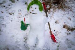 Ο χαριτωμένος χαμογελώντας χιονάνθρωπος στην πράσινη ΚΑΠ του Στοκ φωτογραφία με δικαίωμα ελεύθερης χρήσης