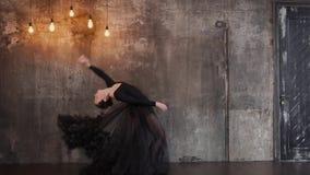 Ο χαριτωμένος χορογράφος προετοιμάζει τις μετακινήσεις από το χορό μπαλέτου απόθεμα βίντεο