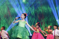 Ο χαριτωμένος χορός παιδιών και τραγουδά το τραγούδι Στοκ φωτογραφίες με δικαίωμα ελεύθερης χρήσης