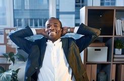 Ο χαρούμενος επιτυχής διευθυντής στηρίζεται στην αρχή Στοκ φωτογραφίες με δικαίωμα ελεύθερης χρήσης