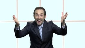Ο χαρούμενος επιχειρηματίας που ανατρέφεται παραδίδει τον ενθουσιασμό απόθεμα βίντεο