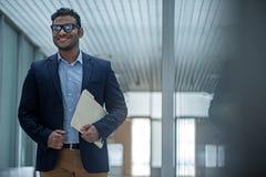 Ο χαρούμενος κομψός επιχειρηματίας εκφράζει το gladness στοκ εικόνα με δικαίωμα ελεύθερης χρήσης