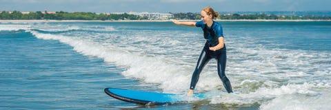 Ο χαρούμενος νέος αρχάριος γυναικών surfer με την μπλε κυματωγή έχει τη διασκέδαση στα μικρά κύματα θάλασσας Ενεργός οικογενειακό στοκ φωτογραφία με δικαίωμα ελεύθερης χρήσης