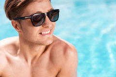 Ο χαρωπός νεανικός τύπος που έχει το καλοκαίρι χαλαρώνει υπαίθριο στοκ φωτογραφία