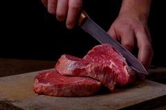 Ο χασάπης κόβει το βόειο κρέας στοκ εικόνα