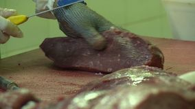 Ο χασάπης κόβει το κρέας φιλμ μικρού μήκους